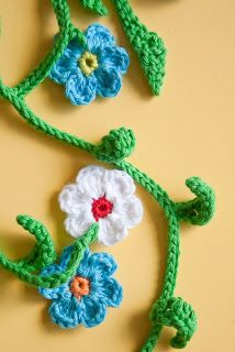 Flower garland ie for yarn bombing! About Mo and me: Tutorials, How-Tos and Pattern