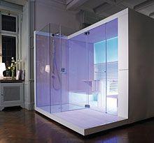 """De cabine zelf is dankzij de verborgen techniek een toonbeeld van klaar en transparant design. De basis is een houten frame, dat aan de voor- en achterzijde uit glas bestaat. """"Stemmingmaker"""" is daarbij de achterste glazen wand, die door een langs onder instralende LED-verlichting een lichtwand wordt. Ze straalt een lichtstemming uit die qua intensiteit haar gelijke niet kent."""
