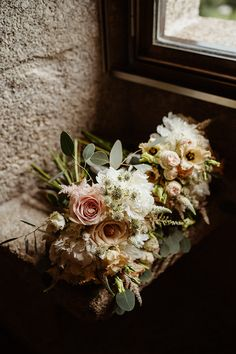 Dicas para casar: por onde começar a organizar o casamento? Floral Wreath, Wreaths, Perfect Bride, Weddings, Couple, Tips, Organize, Floral Crown, Door Wreaths