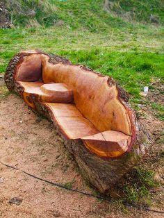 Sofá feito de um tronco de arvore.