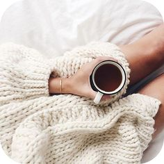 Cozy winter mornings in bed with coffee Coffee Break, Coffee Time, Morning Coffee, Sunday Morning, Cozy Coffee, Morning Mood, Coffee Art, Tea Time, Chaï Tea Latte