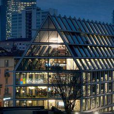 """Microsoft House - edificio di Herzog & de Meuron Viale Pasubio L'azienda definisce questo esperimento """"ufficio 4.0"""", ovvero uno spazio di lavoro aperto, non solo per le ampie vetrate, ma anche perché ci saranno molte aree in cui il pubblico potrà sperimentare i prodotti Microsoft. Tre dei sei piani di Microsoft house saranno aperti a tutti."""