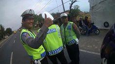 Biker ini lolos dari razia illegal yang tak memiliki surat perintah dan tanda pemeriksaan berkat memasang kamera!