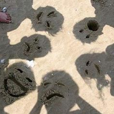 Switch Up The Usual Beach Photos With Funny Sand Faces! Kids Love It 😃Switch up your normal beach photos and let the kids create their own look! Draw funny faces in your shadow and enjoy the laughter:) Beach Humor, Beach Family Photos, Family Pictures, Funny Beach Photos, Creative Beach Pictures, Tumblr Beach Pictures, Creative Photos, Pictures For Friends, Friend Pics