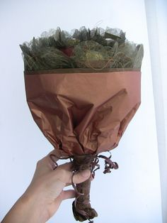 idée bricolage maison d'automne - bouquet de chocolats enveloppés de papier d'emballage marron et papier d'emballage à mailles