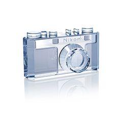 ニコン(Nikon)は、スワロフスキー(SWAROVSKI)社のスワロフスキー・クリスタルで作ったカメラ「Nikon 100周年記念 クリスタルクリエーション ニコンI型」を発表した。2017年7月、...