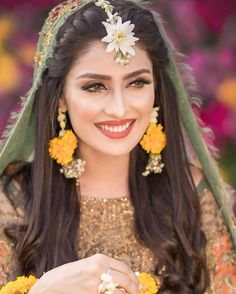 Best beauty salons in Pakistan, Find with prices, contact, portfolio and address. You can check the rates of party makeup and best bridal makeup in Pakistan with Complete info and services. Pakistani Bridal Hairstyles, Bridal Hairstyle Indian Wedding, Pakistani Bridal Makeup, Bridal Hair Buns, Indian Bridal, Desi Wedding Dresses, Pakistani Wedding Outfits, Bridal Outfits, Engagement Hairstyles