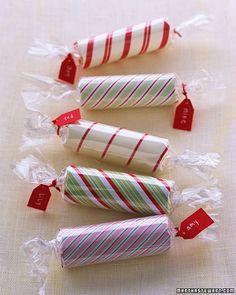 Petites boîtes cadeau réalisées avec des rouleaux de papier de toilette