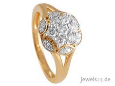 Klassischer Blüten Diamantring in Gelb-Gold mit Diamanten im Brillantschliff. Der Diamantring hat im Kopf einen Besatz von 19 Diamanten, angeordnet und gefasst in Form einer Blüte. Ein schickes Geschenk zu Ostern.  Überraschen Sie Ihre Partnerin mit edlem Diamantschmuck, direkt vom Hersteller aus Idar-Oberstein. Mehr Geschenkideen für Ostern und eine große Auswahl an Diamantschmuck finden Sie in unserem Online Schmuck Shop www.jewels24.de #ostern #ostergeschenk #diamantschmuck #geschenkidee Engagement Rings, Jewelry, Fashion, Jewelry Shop, Princess Cut, Pearl Jewelry, Yellow, Ear Piercings, Enagement Rings