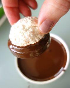 Die Kokoskuppeln: Eine typisch wienerische Süssigkeit gefüllt mit Schokoladencreme und einem Hauch Mocca, darauf eine Kokosmakrone! Erfolg garantiert!