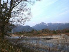 菰野町大羽根園地区 「 御在所岳 と三滝川」  早朝ですが霞んでいました。   平成24年4月5日撮影