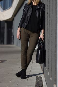 Grüne Hose Lederjacke Outfit - Spring Outfit 2016  Olive pants or Khaki trousers leather jacket outfit for spring