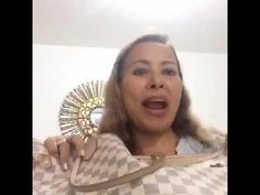 Qué llevo en mi bolso ?  bolsa. VLOG Hand Fan, Home Appliances, Purse, Beauty, House Appliances, Hand Fans, Appliances