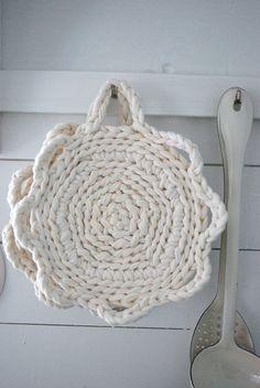 Crochet & Knit nice and easy pot holders Crochet Potholders, Crochet Motif, Crochet Doilies, Crochet Yarn, Easy Crochet, Yarn Projects, Crochet Projects, Pillos, Rugs