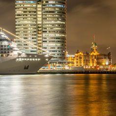 #rotterdam #hotelnewyork #cruiseship #reflections #exploreeverything #artofvisuals #cityscape #igdaily #urban #igholland #nightphotography #architecture #agameoftones