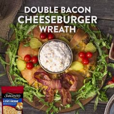 This Holiday Cheeseburger Wreath not only looks fabulous but tastes great too Start off by cutting pizza dough into small triangles then fill them with a bacon cheeseburg. Cheese Burger, Beef Recipes, Cooking Recipes, Crescent Roll Recipes, Good Food, Yummy Food, Pizza Dough, Holiday Recipes, Holiday Foods
