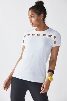 Adoptez une nouvelle coupe à votre t-shirt basique avec des découpe sur le devant. Avec sa coupe décontractée, vous vous sentirez à l'aise comme vous l'aimez.