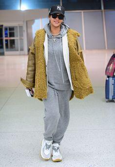 Rihanna Gives Weekend Travel Style a High Fashion Upgrade Mode Rihanna, Rihanna Style, Rihanna Riri, Rihanna Outfits, Fashion Outfits, Rihanna Photoshoot, Fashion Idol, Fashion Hacks, Curvy Fashion