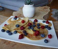 Pfannkuchen mit TK-Beeren und frischen Heidelbeeren. Dazu Apfelmuß.