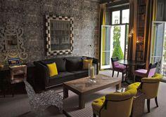Apuesta por combinar diferentes modelos y colores de sofás y butacas cuando quieras dar personalidad a tu salón.