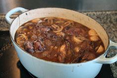 coq au vin etape 016 LE MIAM MIAM BLOG Dutch Oven, Bon Appetit, Crockpot, Slow Cooker, Chili, Chicken Recipes, Bacon, Menu, Soup