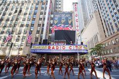No próximo dia 11 de novembro tem início as apresentações da companhia de dança Rockettes (anteriormente denominada Roxyettes) com o tradicional espetáculo Christmas Spectacular no Radio City Music Hall. Trata-se de...