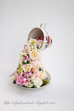 flower arrangements in tea cups Clay Flowers, Paper Flowers, Cup And Saucer Crafts, Floating Tea Cup, Tea Cup Art, Teacup Crafts, Alice In Wonderland Tea Party, China Tea Cups, Diy Décoration
