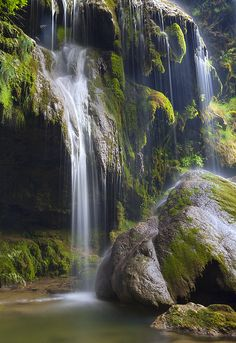 Les cascades pres de Baume les Messieurs, Jura, France (by ~ yobert ~).#powerpatate#creativité