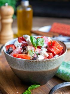 Une recette de salade parfaite pour les chaudes journées estivales. Queso Feta, Fruit Salad, Acai Bowl, Serving Bowls, Salsa, Sweets, Lunch, Cooking, Breakfast