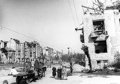 Dózsa György (Palota) tér a Krisztina körút házai felé nézve. Fenn az Attila út 35. sz. épületbe csapódott vitorlázó repülőgép