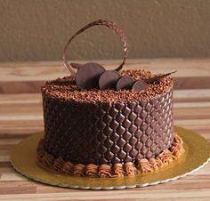 Bolo Bem Vestido (Well Dressed Cake), e é lindo e a diferença deste bolo é a sua cobertura de chocolate ao invés da tradicional pasta americana.