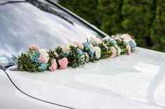 Hochzeitsautogesteck mit rosa Nelken und blauen Hotensien