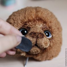 Сегодня я хочу вам рассказать, как я делаю кожаные носики для мишек. Это альтернатива вышитым, когда хочется особой гладкости, или этого требует образ. Еще меня просили показать, как пришивать ушки «пельмешками», поэтому их тоже сняла по пути :) Начнем с носика. Нам понадобится: - готовая мишкина голова, набитая, с уже поставленными глазками и оформленным ртом; - маркер по ткани или краски по…