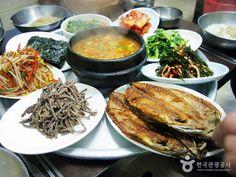 경상북도 포항 고등어골목에서 발견한 한 상 가득 바닷가의 맛이 느껴지는 고등어 백반.