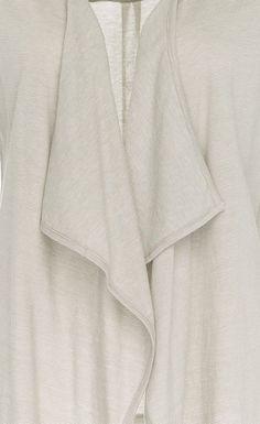 Moireé-Effekt durch feine Streifen auf fließenden Textilien.