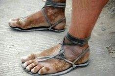 Minimalist shoes are a rather recent invention spurred by the realization that walking or moving barefoot was at fact far healthier and for your body system. Running Sandals, Barefoot Running, Going Barefoot, Barefoot Shoes, Walking Barefoot, Mode Masculine, Make Your Own Shoes, Bad Fashion, Tribal Fashion