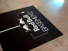 Adesivo de chão personalizado desenvolvido para decoração da Red Bull Station.