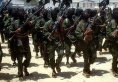 16-Jun-2014 7:59 - TIENTALLEN DODEN BIJ TERREUR IN KENIA. Bij een terreuraanslag in Kenia zijn zeker 24 doden gevallen. Gewapende mannen vielen in kustplaats Mpeketoni eerst een politiebureau aan. Daarna werden hotels en een tankstation in brand gestoken. Ook werden mensen op straat onder vuur genomen. Een woordvoerder van het leger zegt dat de mannen aan het eind van de dag het stadje in twee busjes binnenreden en om zich heen begonnen te schieten. Het was op dat moment druk in het...