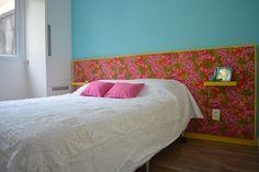 Cabeceira estofada em chita sobre parede turquesa.  #apartamentos #decor #decoracao #interior #design #casa #home #house #detalhes #details #style #estilo #color #colorful #print  #estampa  #cabeceira #headboard #quarto #bedroom #flowers #chita