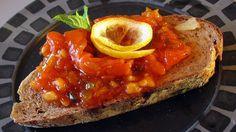 Salat med røykt laks, tomatketsjup, sylteagurk, løk og krydder, som passer godt på grovt brød.