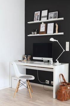 HJEMMEKONTOR: Dennes kontorkroken med skrivebord fra Ikea og en Eames-stol er et godt sted � v�re. Veggen er malt i fargen i dempet sort.