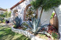 Catalina Tile lined arch- WOW! Spanish Exterior, Spanish Colonial Homes, Spanish Bungalow, Spanish Style Homes, Spanish Revival, Moroccan Decor Living Room, Santa Barbara Mission, Spanish Design, Mediterranean Design