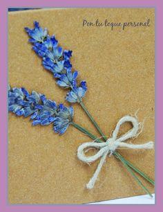 Invitación de boda personalizada de estilo rústico provenzal con flores naturales. Detalle de la lavanda.