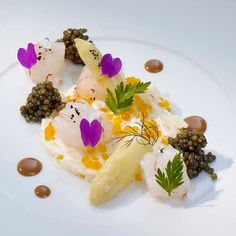 Spring is die finally coming: emince of white asparagus with langoustine & imperial caviar by @thomasbuehner  Tag your best plating pictures with #armyofchefs to get featured.   #asparagus #langoustine #caviar #plating #chefs