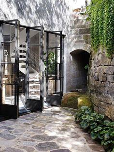 cloisons coulissantes, sol en pierre, plante verte d'extérieur, idées pour l'extérieur