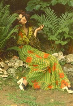 Model wearing a dress by Ossie Clark, in which he uses a combination of two prints by Celia Birtwell called Golden Slumbers and Michaelmas Daisy, photograph by Celia Birtwell Seventies Fashion, 60s And 70s Fashion, Green Fashion, Retro Fashion, Vintage Fashion, Biba Fashion, Fashion 2018, Fashion News, Fashion Models