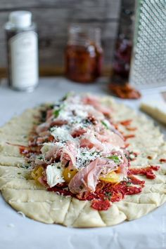 Pizza tressée italienne - Pizza tressée aux tomates séchées, jambon cru, mozzarella et huile de truffe - Voyage Gourmand !