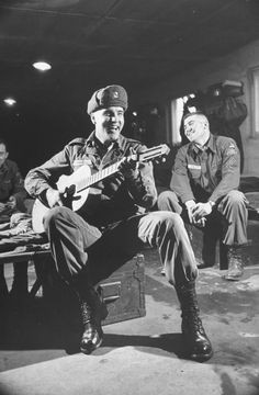 And played for them in private instead. | 21 Unbelievable Candid Photographs Of Elvis Presley In The Army