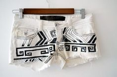Into the Wild: DIY-Turn your jeans into shorts for summer. Tribal Shorts, Diy Shorts, Diy Jeans, Boho Shorts, Jean Shorts, Into The Wild, Diy Pantalones Cortos, Painted Shorts, Fashion Bubbles