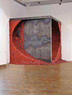 Anish Kapoor, Shadow Corner. 2009, steel, wood, wax and oil-based paint, 420×398×405 cm